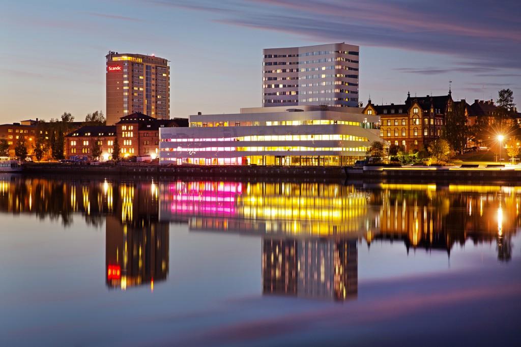 Skyline med Umeälven och kulturhuset Väven i kvällsljus.